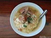 Soto yang sudah ada di mangkuk dengan nasi dan daging. Jika Anda ingin menambah topping empal, kikil, kikil, babat, empal, iso dan lainnya tersedia di sini. (Tasya/detikcom)