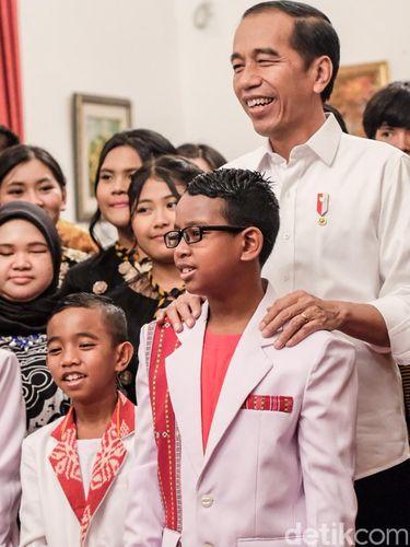 Presiden Joko Widodo (Jokowi) menyapa para pengisi acara talenta musik di Istana