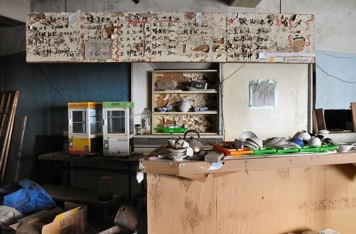 Restoran terbengkalai ini letaknya di salah satu wilayah yang ada di Jepang. Tak jelas kenapa ditinggalkan, tapi papan menu makanan, piring, teko, hingga alat penghangat makanan masih tersimpan di sana. Foto: Istimewa