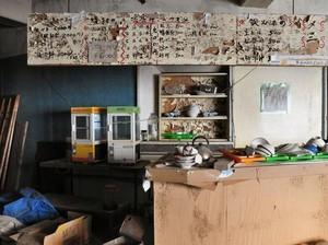Ditinggalkan Begitu Saja, Barisan Restoran Ini Dibiarkan Hancur