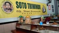 Di atas etalase, terdapat berbagai macam gorengan yang dapat Anda santap bersama soto, seperti tempe, tahu, lentho, perkdel dan bakwan. Ada pula kerupuk yang tersedia, semakin mantap ya traveler. (Tasya/detikcom)