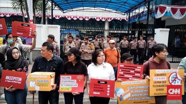 Demo pencabutan blokir internet Papua di kantor Kemenkominfo di Jakarta Pusat, Jumat (23/8).