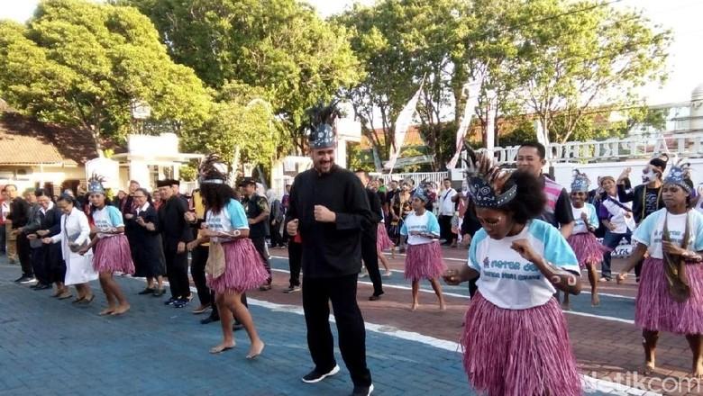 Pemkot Probolinggo Rangkul Pelajar dan Mahasiswa Papua dengan Gerak Jalan