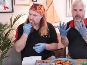 Kalau Mau Makan Chicken Wings Super Pedas Ini Wajib Pakai Sarung Tangan!
