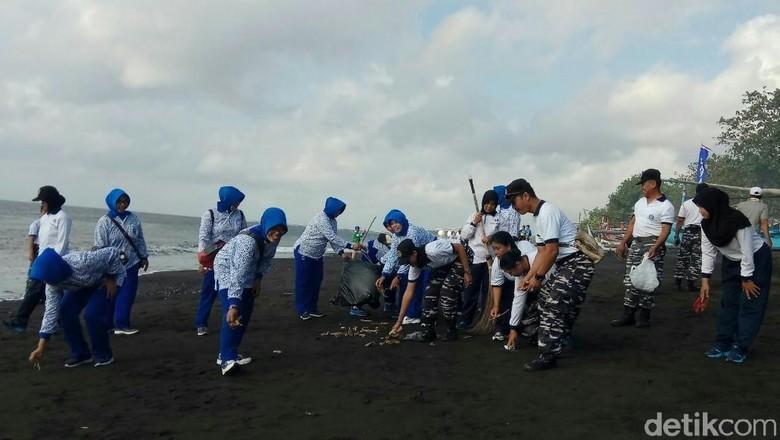 Ratusan Warga Banyuwangi Bersih-bersih Pantai dan Laut