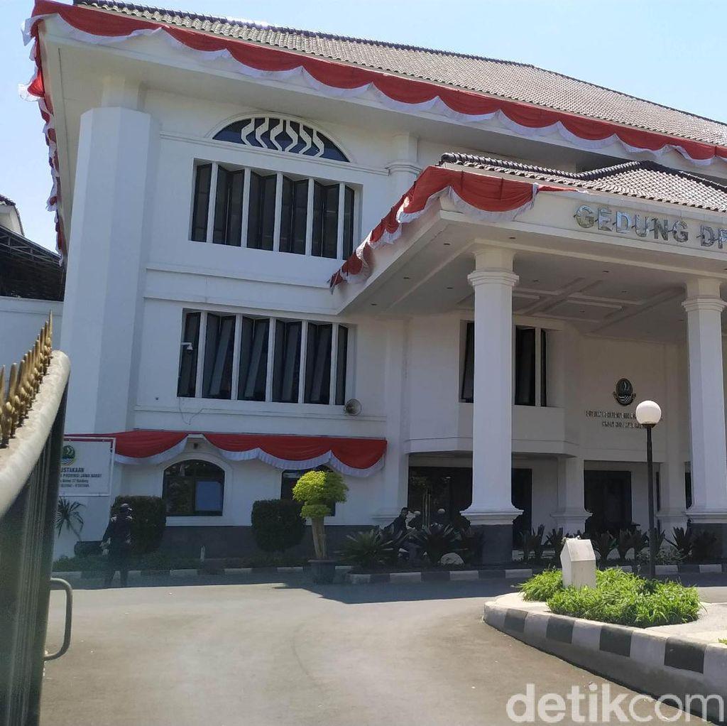 Atribut Pin Emas hingga Jas Jadi Fasilitas Melekat Anggota DPRD Jabar