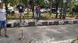 Polisi dan Warga Sorong Bersihkan Puing Bekas Kerusuhan di Jalan
