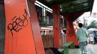 Bahkan program-program pemerintahan Depok yang dipasang di halte sudah tidak terlihat akibat corat-coret.