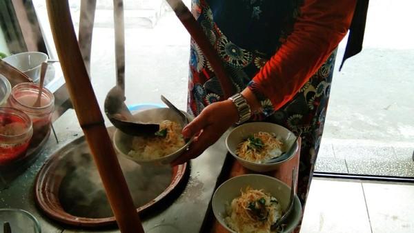 Soto yang berisikan kuah yang memiliki rasa khas itu dituangkan ke mangkuk. Lalu diberikan tauge seledri dan bawang goreng. (Tasya/detikcom)