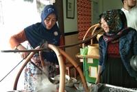 Wati, mengelola rumah makan ini bersama keluarga. Dia setiap harinya melayani pembeli yang ingin mencicipi kelezatan Soto Triwindu. (Tasya/detikcom)