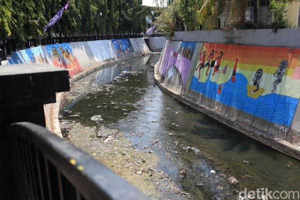 Muralnya pun ada di tiap sisi dinding Kali Pepe. Memanjang dari Loji Wetan hingga jembatan ke arah Pasar Gede (Randy/detikcom)