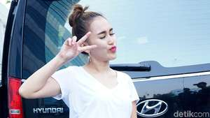 Pose Gadis Instagram Ala Ayu Ting Ting