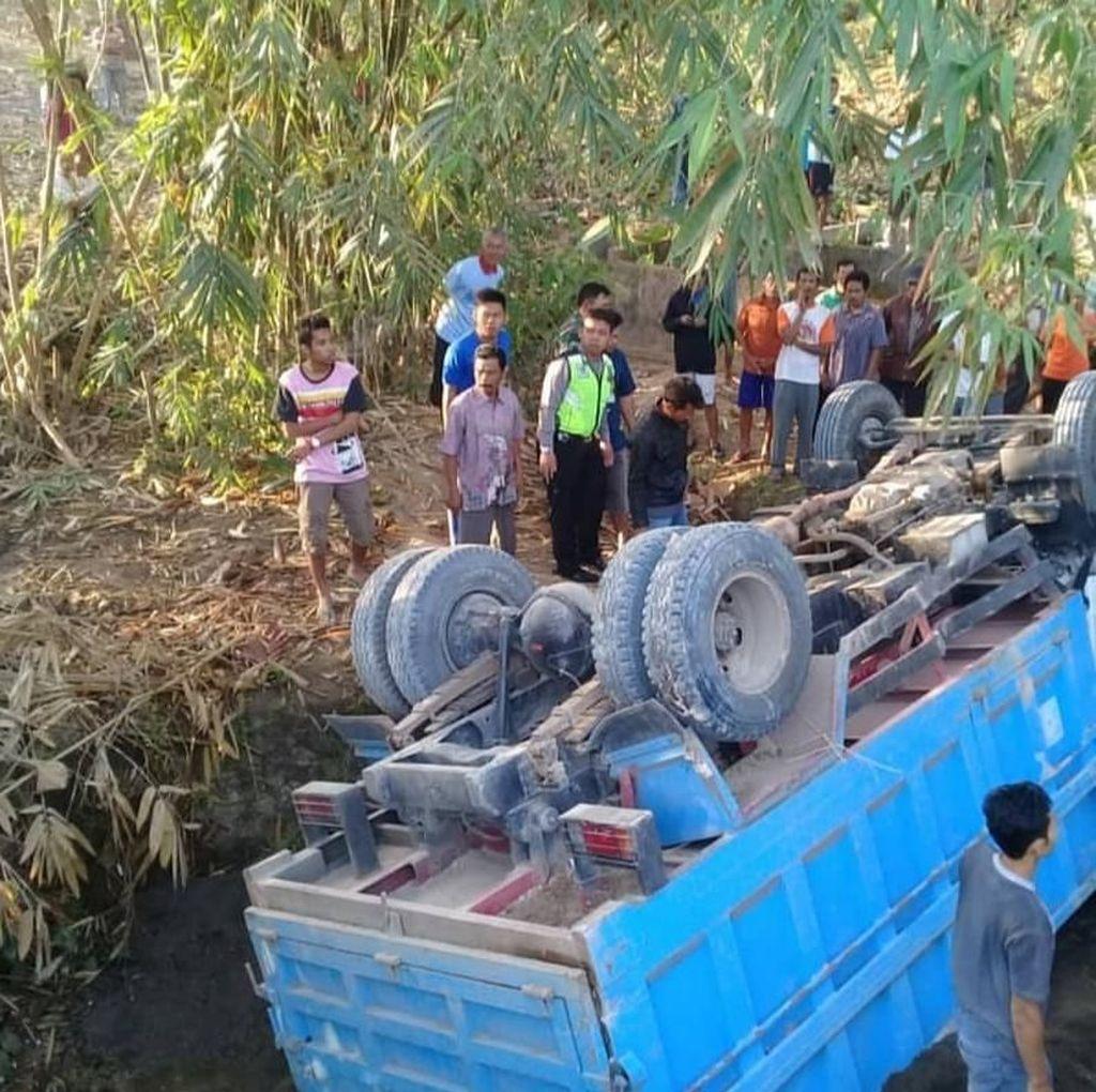 Truk Pengangkut Pasir Terjun ke Sungai di Brebes, Sopir Tewas