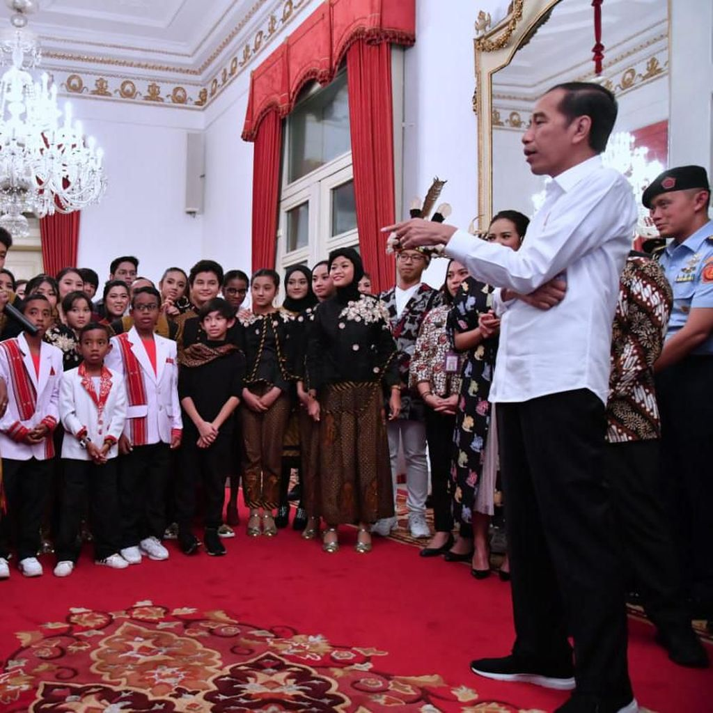 Aksi Talenta Muda Papua Nyanyikan Indonesia Pusaka di Depan Jokowi