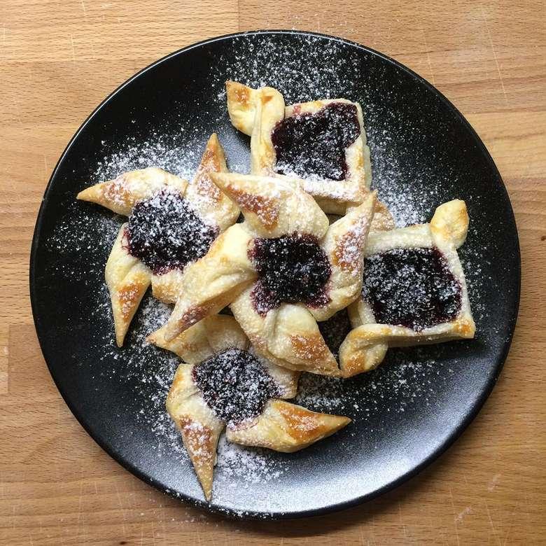 Biasanya orang mengenal puff pastry untuk membuat croissant, padahal ada banyak kue yang bisa dibuat dengan menggunkan puff pastry. Salah satunya pastry blueberry dengan bentuk kincir ini. Foto: instagram