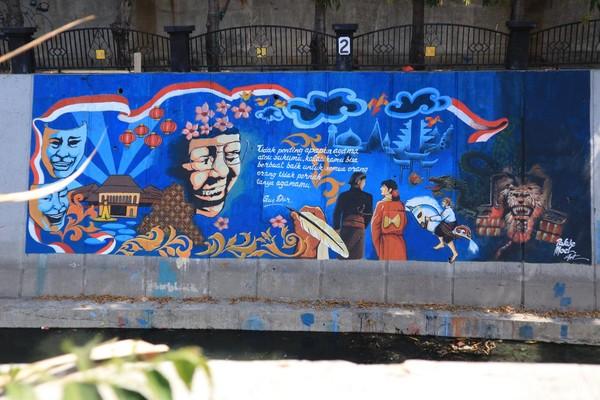 Salah satu yang paling menarik adalah sebuah mural dengan kutipan kata almarhum Abdurrahman Wahid atau Gus Dur. Pesannya pun masih relevan sebagai pengingat akan kondisi negeri dewasa ini yang masih diwarnai isu SARA (Randy/detikcom)