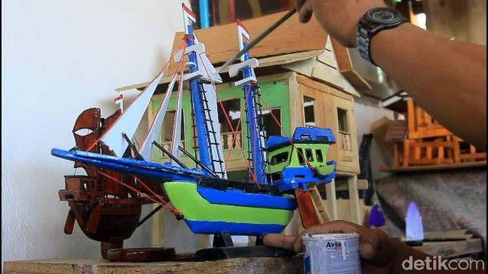 Meski awalnya hanya iseng, Gunawan Gusyar, warga perumahan Sulindo, Kelurahan Bontoa, Kecamatan Mandai, Maros, Sulawesi Selatan, akhirnya serius menggeluti usaha barunya sebagai pembuat miniatur rumah adat Bugis Makassar dan perahu pinisi.