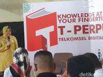 Risma Borong Buku untuk Anak-anak Papua