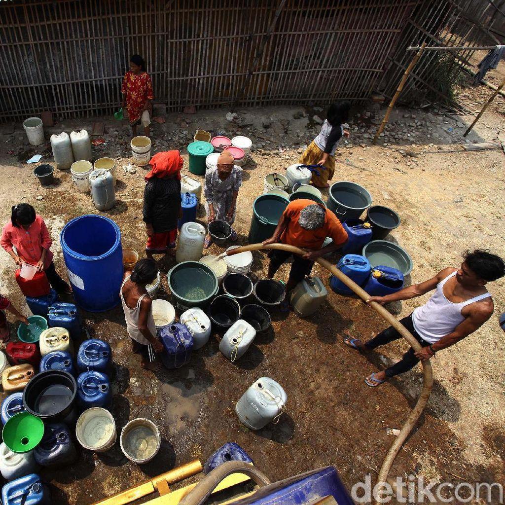 Kekeringan! Warga Kabupaten Bekasi Antre Air Bersih