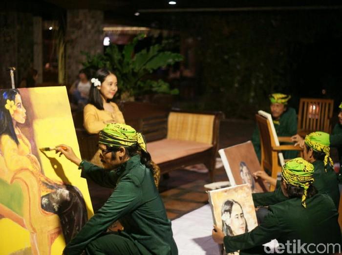 Lima perupa Banyuwangi sedang melukis/Foto: Ardian Fanani