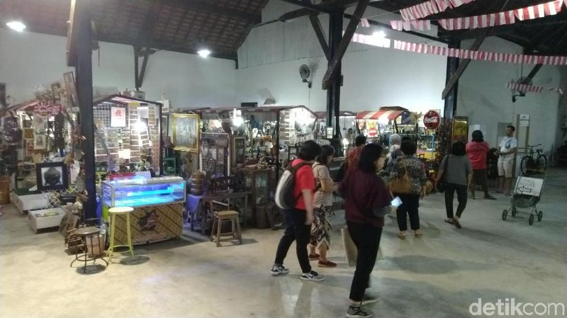 Berwisata ke Kota Lama Semarang tidak hanya foto-foto dan mengagumi Little Netherland itu. Berburu barang antik dan produk unggulan pun bisa dilakukan di sana (Angling/detikcom)