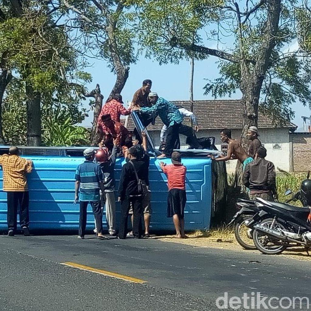 Mobil Rombongan Pengantin di Ponorogo Terguling Gara-gara Ban Pecah
