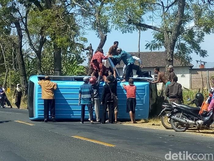 Evakuasi penumpang minibus yang terguling/Foto: Charolin Pebrianti