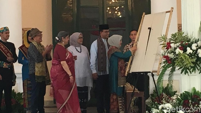 Foto: Anies Baswedan dan Mufidah Kalla buka World Ikat Textiles Symposium (Arief Ikhsanudin/detikcom)
