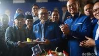 Ketua Umum PAN Zulkifli Hasan memberikan tumpeng kepada Katua Dewan Kehormatan PAN Amien Rais saat ulang tahun ke 21 di Kolong Tol Jembatan Tiga, Jakarta, Jumat (23/8/2019).