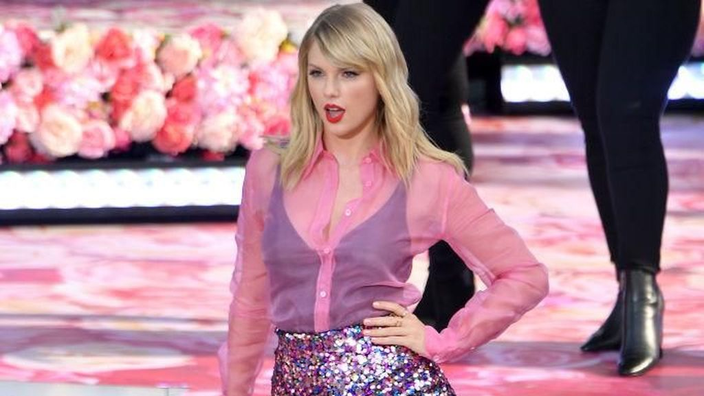 Pakai Baju Pink Transparan, Taylor Swift Rayakan Kehadiran Album Lover