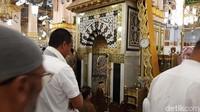 Namun untuk bisa masuk ke Raudhah kini tak bisa lagi melalui jalur utama di Masjid Nabawi, melainkan lewat pintu samping. Dan jangan kaget ketika masuk sudah banyak orang sudah mengantre. Karena Raudhah menjadi salah satu tempat mustajab untuk memanjatkan doa.