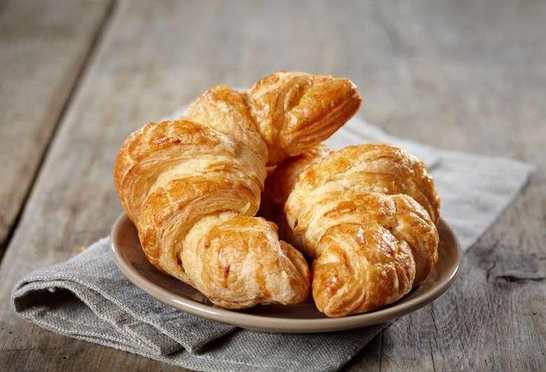 Croissant merupakan salah satu pastry Prancis terpopuler. Sering juga disebut sebagai roti bulan lantaran bentuknya yang menyerupkai bulan sabit. Teksturnya renyah berlapis-lapis. Foto: istimewa