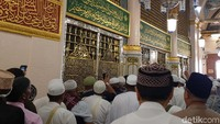 Suasana di Masjid Madinah — khususnya di area Raudhah — dihiasi oleh banyak ornamen dan kaligrafi dengan dominan warna emas dan hijau. Nah, ini sudah berada di area Raudhah yang disebut taman surga. Lokasinya berada di antara rumah (yang sekarang menjadi makam Nabi Muhammad SAW) dan mimbar Beliau di Masjid Nabawi.