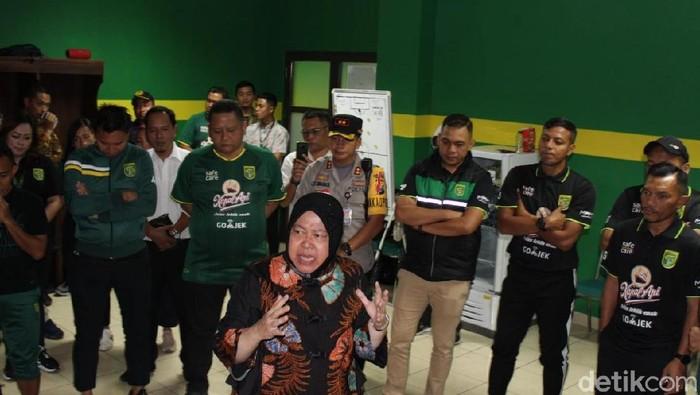 Wali Kota Risma datangi pemain Persebaya/Foto: Deny Prastyo Utomo