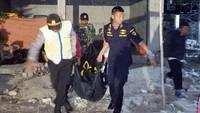 Petugas memindahkan tiga jenazah korban kapal terbakar KM Santika Nusantara ke Surabaya, di Pulau Masalembo, Jawa Timur, Sabtu (24/8/2019) dini hari. ANTARA FOTO/PLP Tanjung Perak Surabaya.