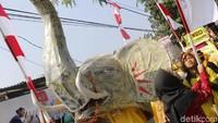 Kegiatan ini diikuti oleh 2500 warga yang berasal dari 20 RW di Kelurahan Leuwigajah. Tua dan muda, ikut turun ke jalan menjadi peserta karnaval.