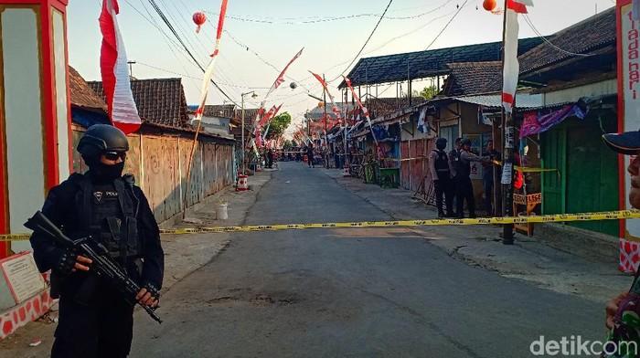 Densus 88 geledah rumah pelaku perampokan di Magetan/Foto: Sugeng Harianto