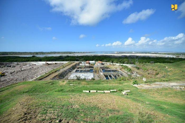 Revitalisasi dilakukan untuk meningkatkan umur layanan TPA tersebut, pembangunan ruang terbuka hijau pada lahan yang sudah penuh serta mendukung pembangunan Pembangkit Listrik Tenaga Sampah (PLTSa). Pool/Kementerian PUPR.