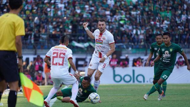 Marko Simic cetak gol lebih dulu ke gawang Persebaya.