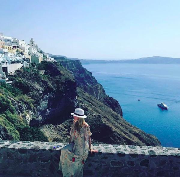 Gayanya saat berada di Santorini, Yunani (tinsleymortimer/Instagram)