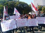 Pelantikan Anggota DPRD Surabaya Diwarnai Aksi Demo