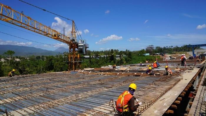 Pemerintah membangun tol Manado-Bitung sepanjang 39 km. Proyek ini digarap beberapa BUMN, salah satunya PT Hutama Karya (Persero).