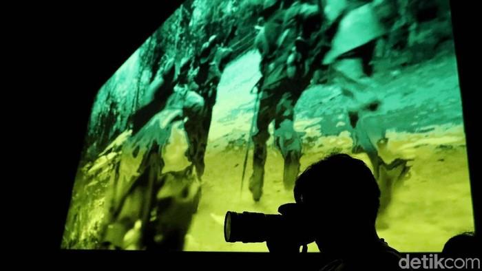 Warga menonton film lawas bertemakan perjuangan di Bioskop Rakyat Teluk Gong, Jakarta Utara, Sabtu (24/8). Kegiatan itu untuk memperkenalkan bioskop rakyat.