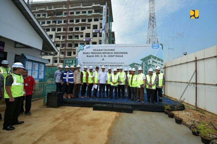 Wakil Presiden Jusuf Kalla meninjau tiga paket proyek pembangunan Universitas Islam Internasional Indonesia (UIII) yang berlokasi Depok, Kamis (21/8/2019). Pool/Kementerian PUPR.