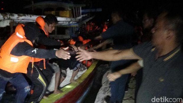 Penumpang kapal yang selamat dievakuasi/