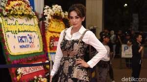 Gaya Masayu Anastasia dengan Rok Mini