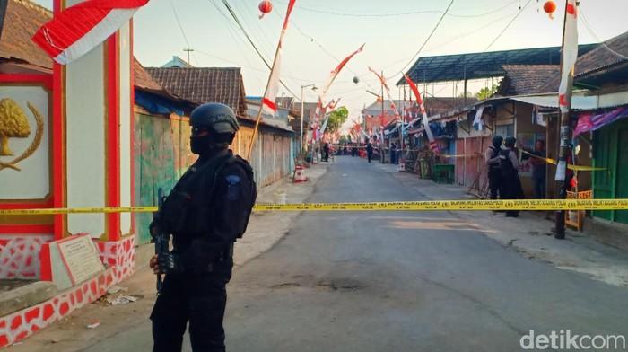 Rumah dan kios pelaku yang gagal merampok digeledah densus 88/Foto: Sugeng Harianto