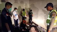 Sampai saat ini tiga orang diketahui meninggal dalam kejadian terbakarnya KM Santika Nusantara di Perairan Laut Utara Pulau Masalembou. ANTARA FOTO/PLP Tanjung Perak Surabaya.