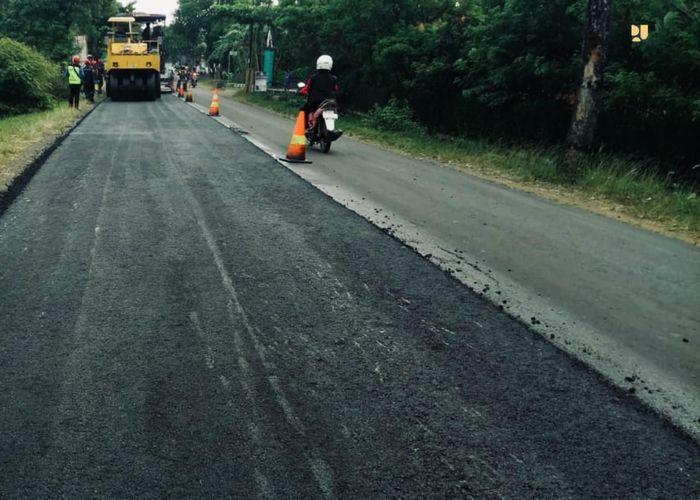 Kementerian PUPR menargetkan pada tahun 2019 panjang effektif jalan nasional 65,56 Km menggunakan campuran aspal karet sebanyak 2.542 ton, dimana dengan asumsi penggunaan karet 7% terhadap aspal maka jumlah karet yang terserap sebanyak 177,95 ton. Pool/Kementerian PUPR.