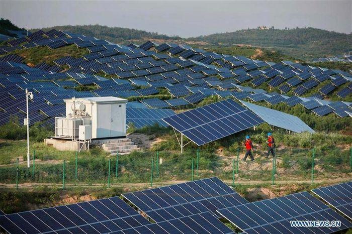 Ini adalah pemandangan dari atas pembangkit listrik fotovoltaik di Gunung Hutou, Kota Liulin di Kabupaten Neiqiu, Provinsi Hebei, China utara. Xinhua/Mou Yu.